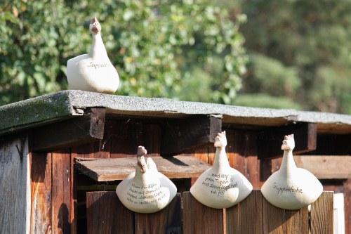 Keimzeit: Handgefertigte Keramik-Hühner als witzige Garten-Accessoires.