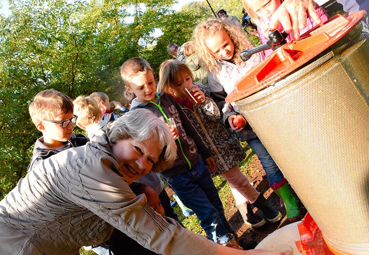 Beatrix Tappeser mit Schülern am Tag der Nachhaltigkeit