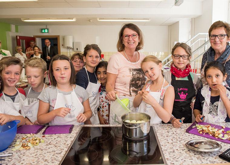Gemeinsam mit Umweltministerin Priska Hinz kochten Schüler in Herborn ein Menü aus regionalen Zutaten