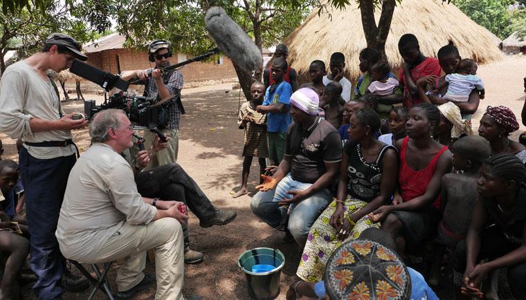 Das Filmteam im Gespraech mit Betroffenen