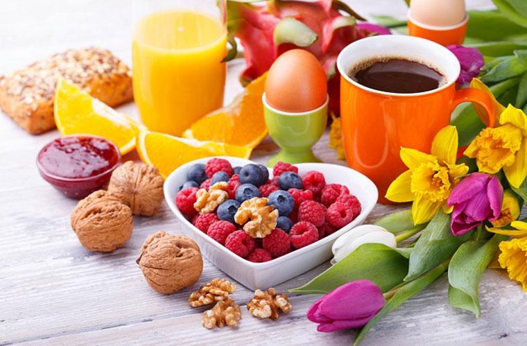 Vegetarisches Frühstück mit Früchten