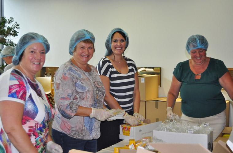 In der Byodo-Kantine haben sich auch in diesem Jahr viele Freiwillige an der Packaktion der Bio-Brotboxen beteiligt