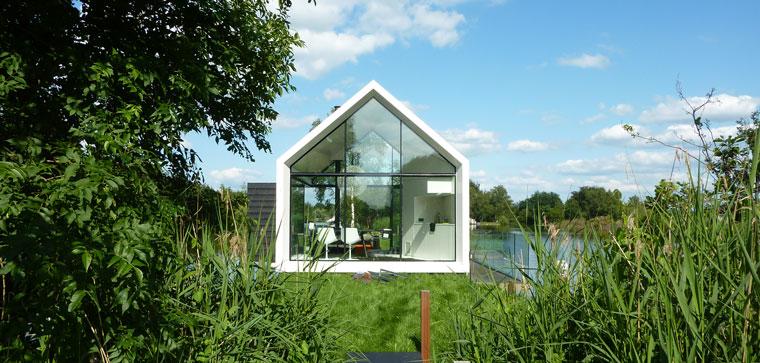 Mitten Auf Einer Insel In Der Region Loosdrechtse In Den Niederlanden Steht  Es: Ein Haus Aus Glas. Umgeben Von Wasser Und Ganz Viel Grün Wurde Die  Kleine ...