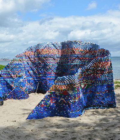 Kunst aus angespültem Meeresplastik