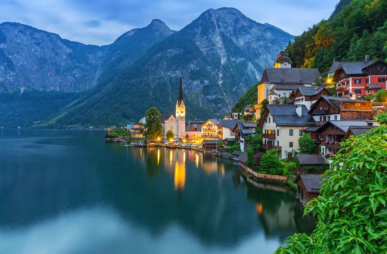 Zugreise durch die alpine Welt