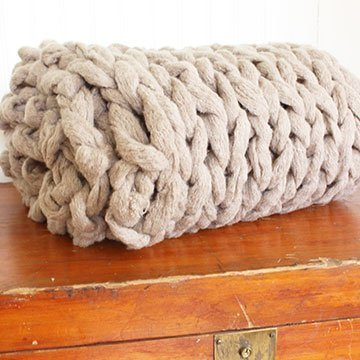 So strickst du in 45 Minuten eine Decke ohne Nadeln