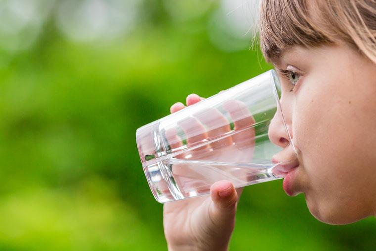 Mädchen trinkt Wasser