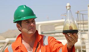 Professor Ian Stewart besucht die Erdoelraffinerie in Baku