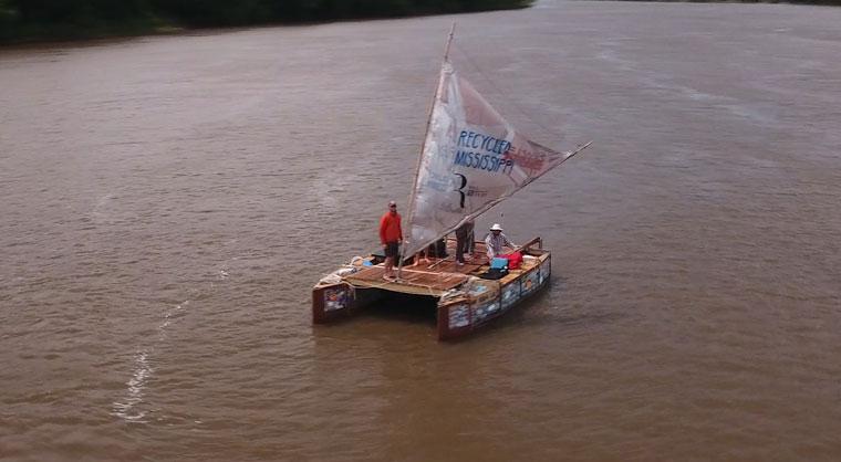 Recycling-Boot auf dem Mississippi ein Umweltschutz-Projekt
