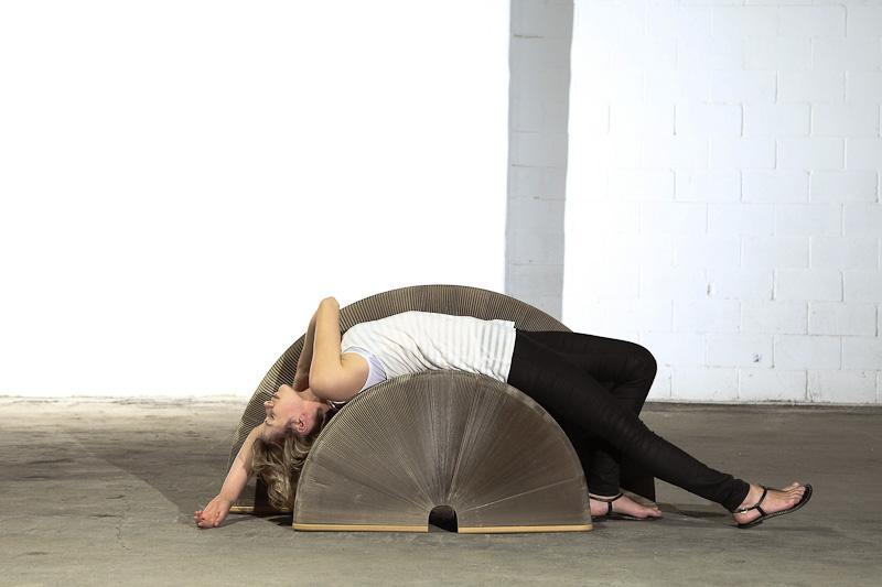flexible love ausziehbares designersofa aus karton. Black Bedroom Furniture Sets. Home Design Ideas