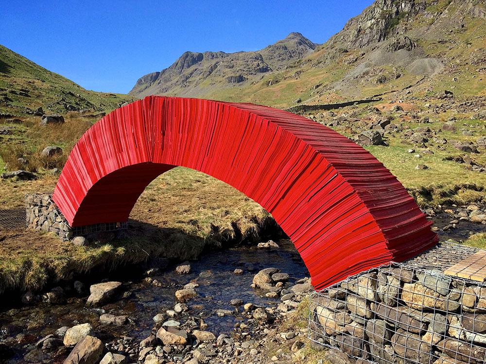 Walking on Paper - Die rote Papierbrücke