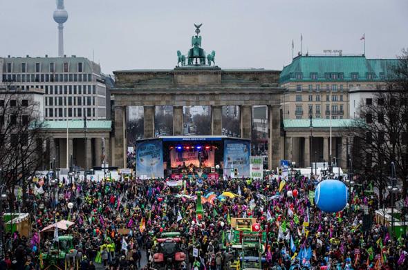 1Im Rahmen einer großen Demo in Berlin forderten tausende Umweltschützer lautstark eine bäuerliche Landwirtschaft und eine ökologische Agrarpolitik.