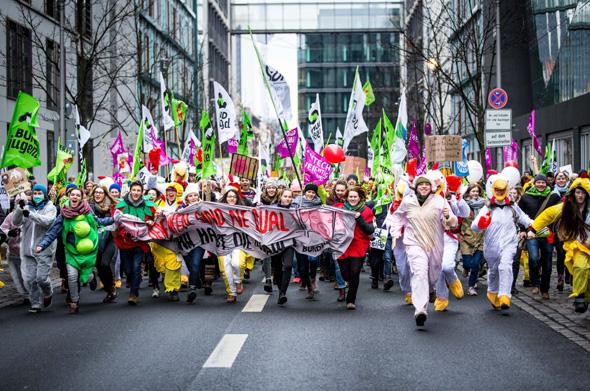 Im Rahmen einer großen Demo in Berlin forderten tausende Umweltschützer lautstark eine bäuerliche Landwirtschaft und eine ökologische Agrarpolitik.