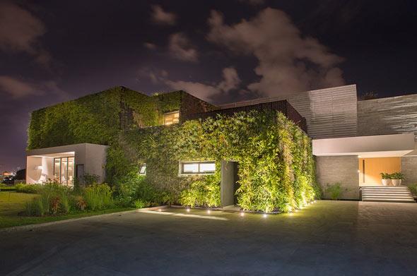 Das »Vallarta Haus« passt sich dank seiner grünen Fassade perfekt in die natürliche Umgebung am Pazifik ein