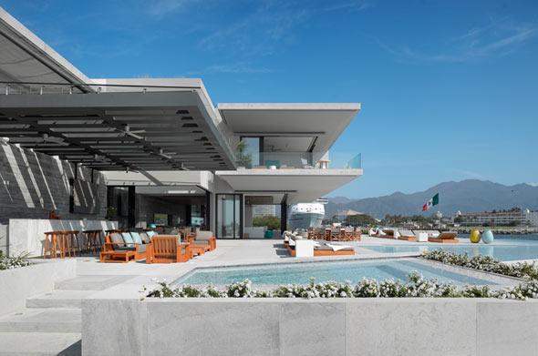 Im Hauptwohnbereich öffnen sich Wohn- und Esszimmer hin zur großen Terrasse