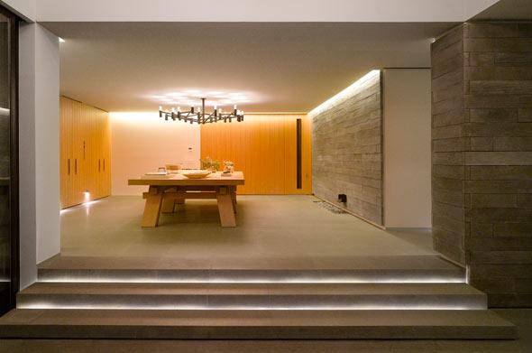 Im Hausinneren dominieren elegante Materialien und schlichtes Design