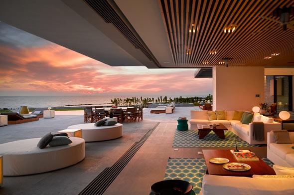 Von der großzügigen Terrassenlandschaft eröffnen sich spektakuläre Blicke auf den Ozean