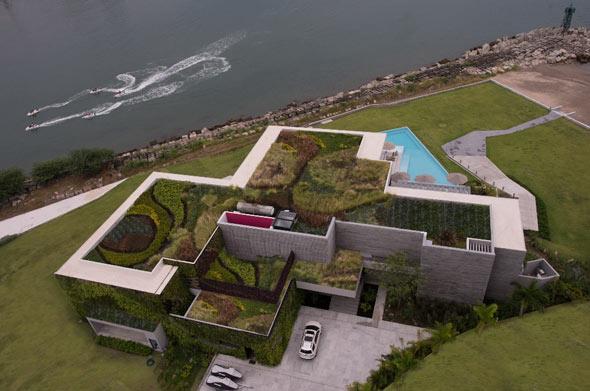 Das begrünte Dach und die grüne Fassade isolieren das Haus auf natürliche Weise und sorgen für ein besseres Wohlbefinden