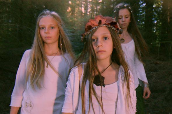 Julia glaubt fest an eine märchenhafte Feenwelt im Wald hinter ihrem Haus