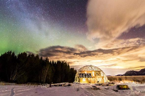 Unter einem weiten Sternenhimmel hat sich diese Familie ihr eigenes Eco-Haus gebaut