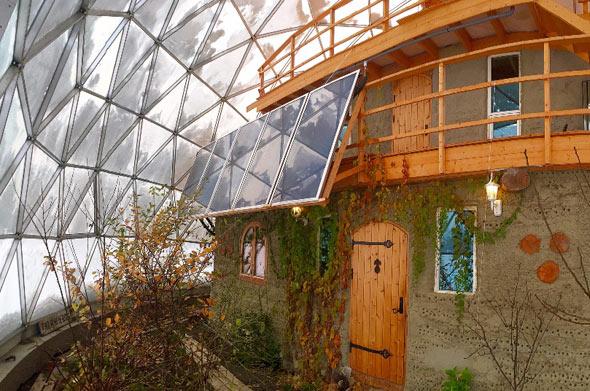 Das Haus ist vollständig aus natürlichen Materialien gebaut
