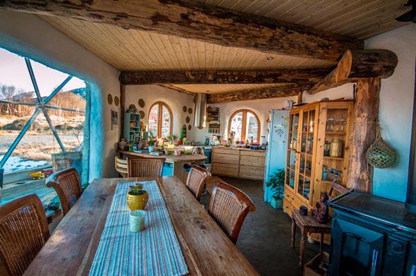 Viel Holz und natürliche, warme Farben machen die Innenräume gemütlich