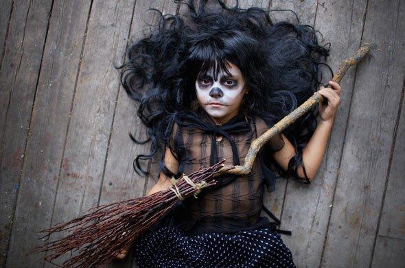 Hexen Kostüm: Warum einen alten Besen nicht mit einem Ast und Stöckern selber machen?