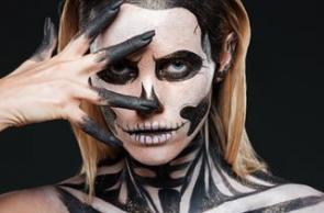 gruseliges Halloween Make-up schrecklich geschminkte Gesichter