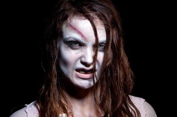 Für die Zombie Braut benötigen Sie nicht viel: Etwas Puder und Kunstblut
