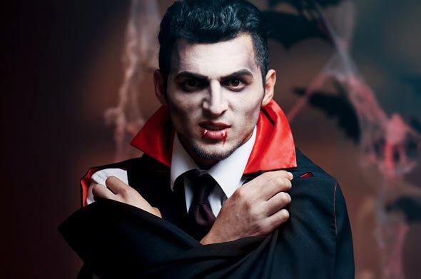 Auch Männer schmeißen sich an Halloween in Schale und mutieren nachts zu einer blutsaugenden Nachtgestalt