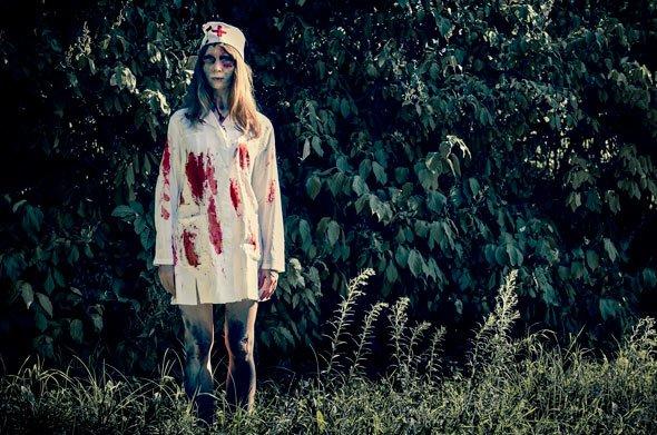 Ein altes weißes Hemd, eine Mütze, etwas Kunstblut und Schminke ins Gesicht: Zombie Braut