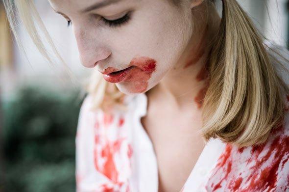 Mit wenigen Zutaten ist Halloween Schminke und Kunstblut schnell selbst gemacht