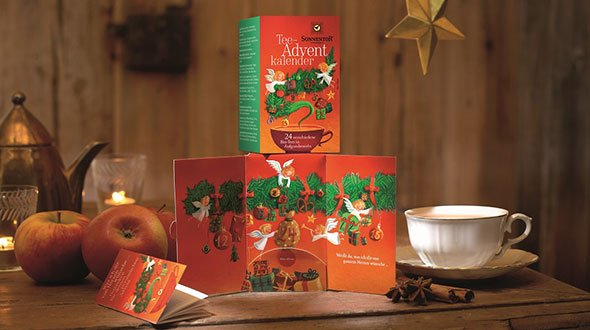 Gewürzadventskalender von Sonnentor. 24 Teebeutel aus veganen Zutaten befinden sich in der Packung mit aufklappbaren Flügeln mit idyllischen Motiven. © Sonnentor (www.sonnentor.com)