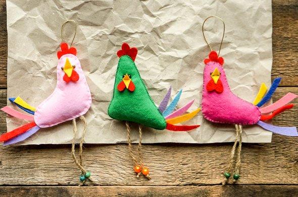 Süß und frech zugleich blicken diese bunten Deko Hühner als Filz drein