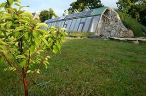 Nachhaltige Earthship-Häuser aus Recycling-Materialien und Naturbaustoffen: Autark leben