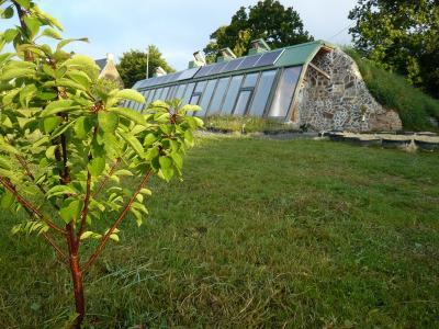 earthship haus nachhaltig bauen energie sparen und autark leben nachhaltige earthship h user. Black Bedroom Furniture Sets. Home Design Ideas