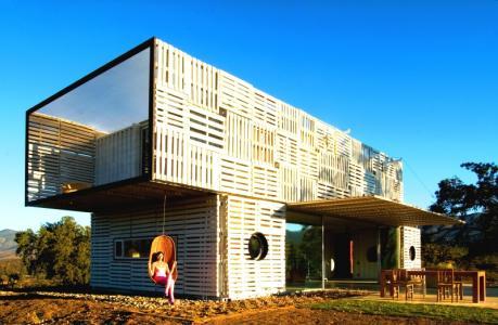 Wie Frachtcontainer, Europaletten und andere Recycling-Materialien zur echten Design-Villa werden
