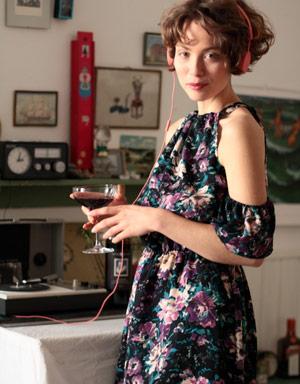 Angedeutete Volantsarme geben diesem sommerlichen Kleid von ManduTrap das gewisse Etwas