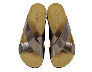 Dank vorgeformtem Fußbett aus Kork kann man stundenlang in den Metallic Sandalen von Bahatika laufen