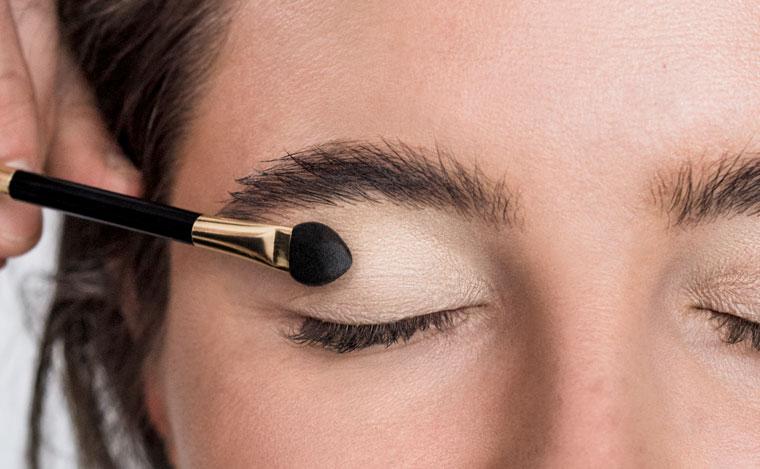 Dr. Hauschka Tutorial Augenlid Grundieren