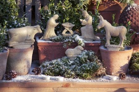 Blumenkasten Weihnachtlich Dekorieren krippe aus steinzeug und sterne als topfstecker für winterdekoration