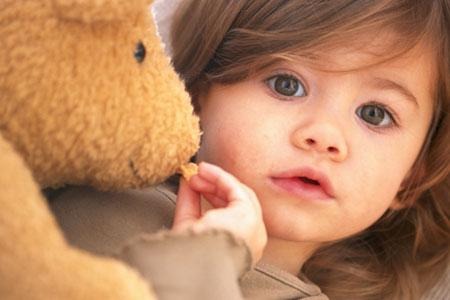 Teddy darf Chips essen aber Kind darf Teddy-Knopfaugen nicht verschlucken!