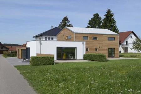 Baufritz: Ökologische Holz-Häuser, ideal mit weißem Dach