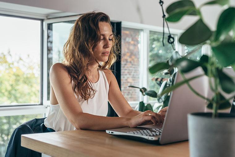 Frau macht Home-Office