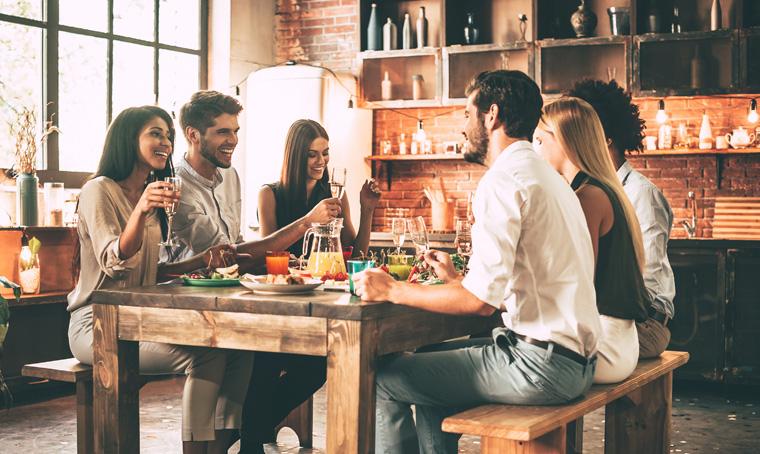 Junge Leute beim Abendessen