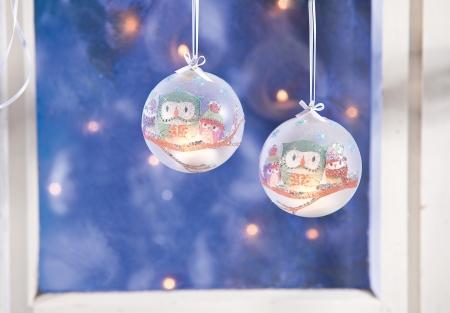 Weihnachtsschmuck selber machen: Schicke Christbaumkugeln mit Serviettentechnik