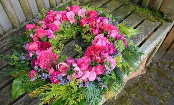 Selbstgemachter Blumenkranz bringt Farbenfreude ins Haus