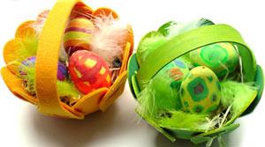 Eierkörbchen selbst basteln: Eine bunte Deko Idee zu Ostern