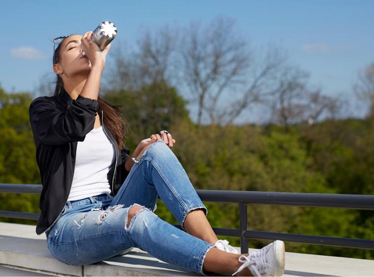 Frau mit Trinkflasche