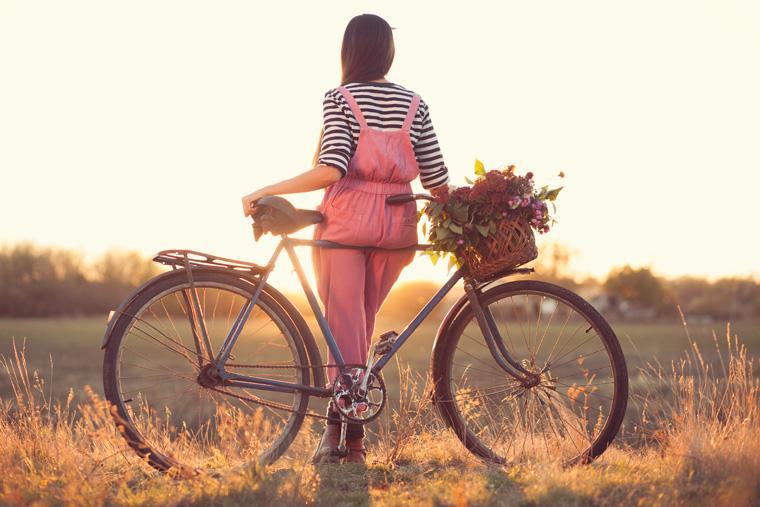 Frau auf altem Damenrad